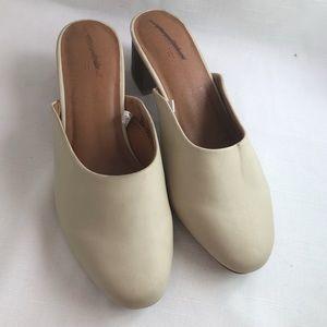 Universal Threads off white, light grey mules
